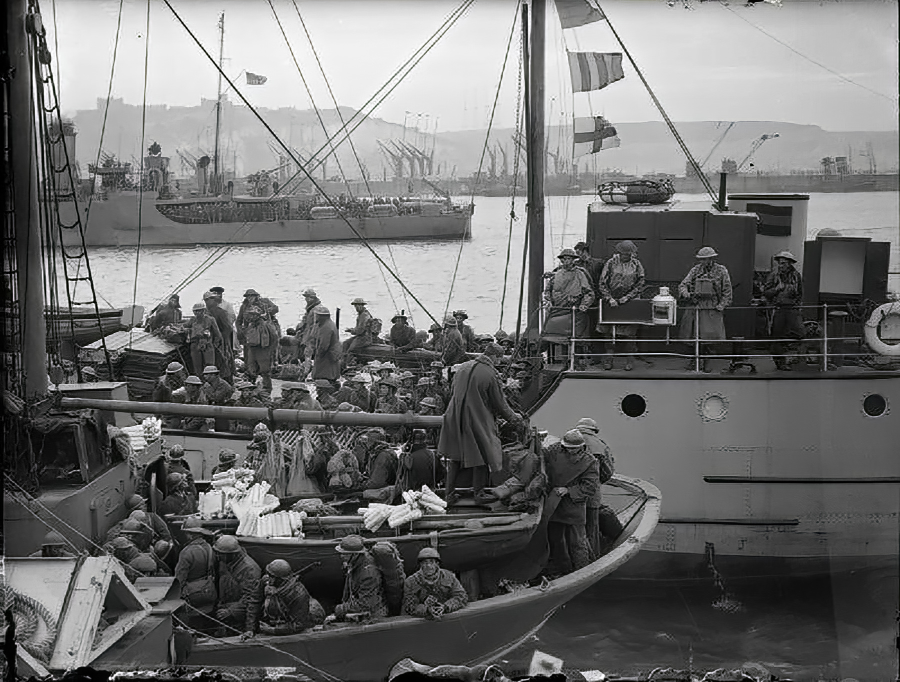 British and French troops evacuated from Dunkirk arrive at Dover 1940 wiki 01