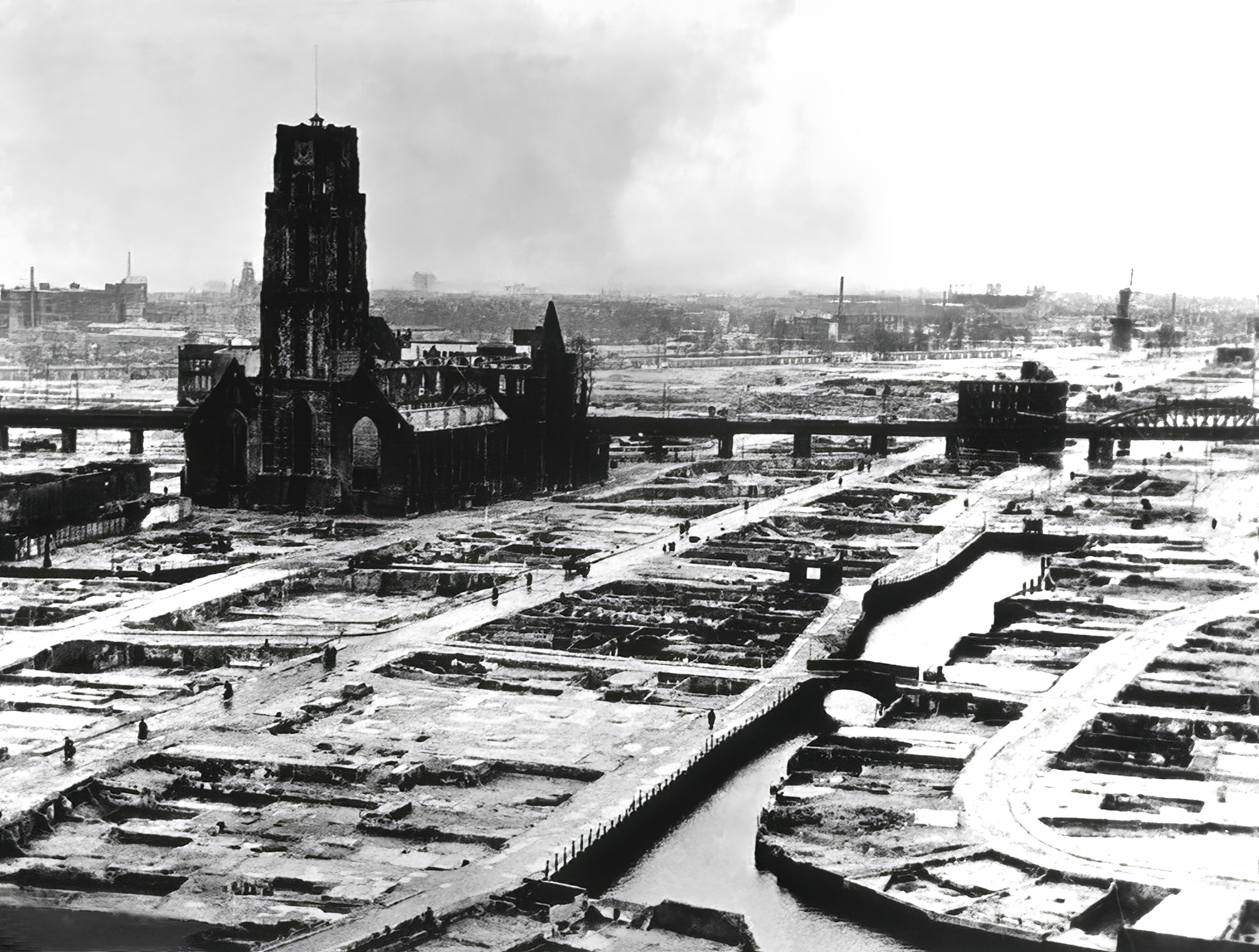 Devastation of Rotterdam by the Luftwaffe shows the city centre after the bombing May 1940 wiki 01