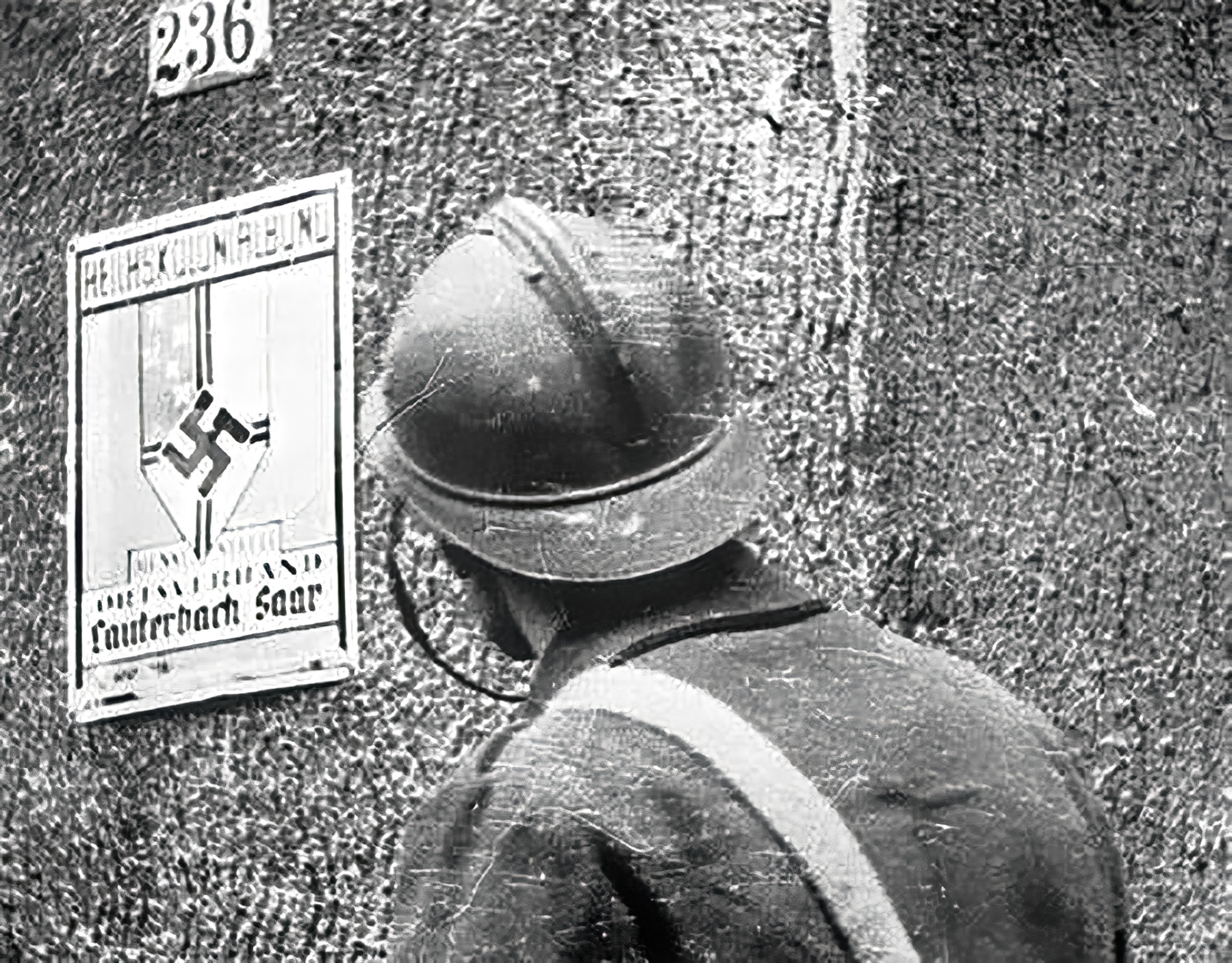 French soldier in the German village of Lauterbach in Saarland Sep 1939 wiki 01