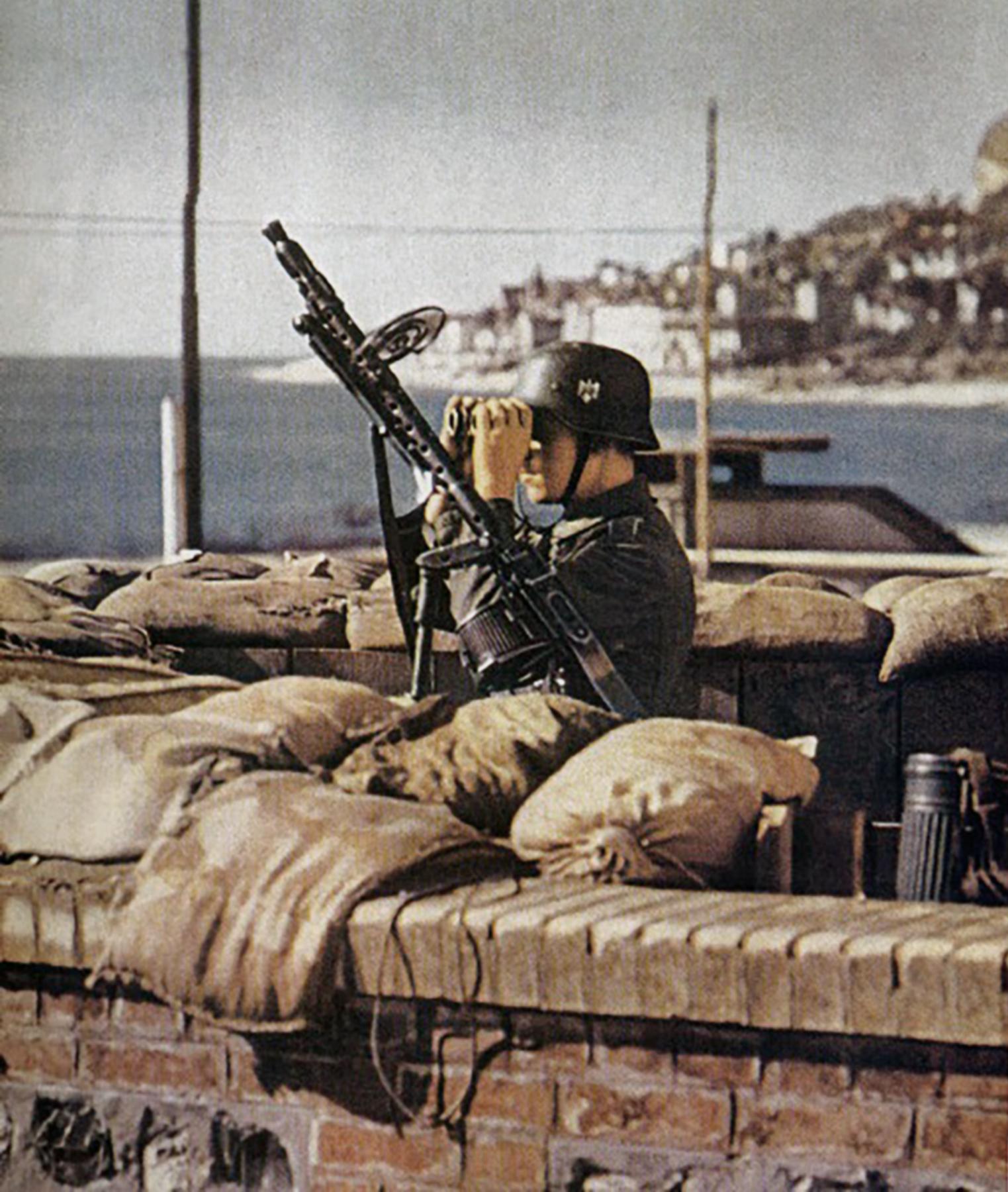 German machine gunner guards a captured French Port 1940 ebay 01