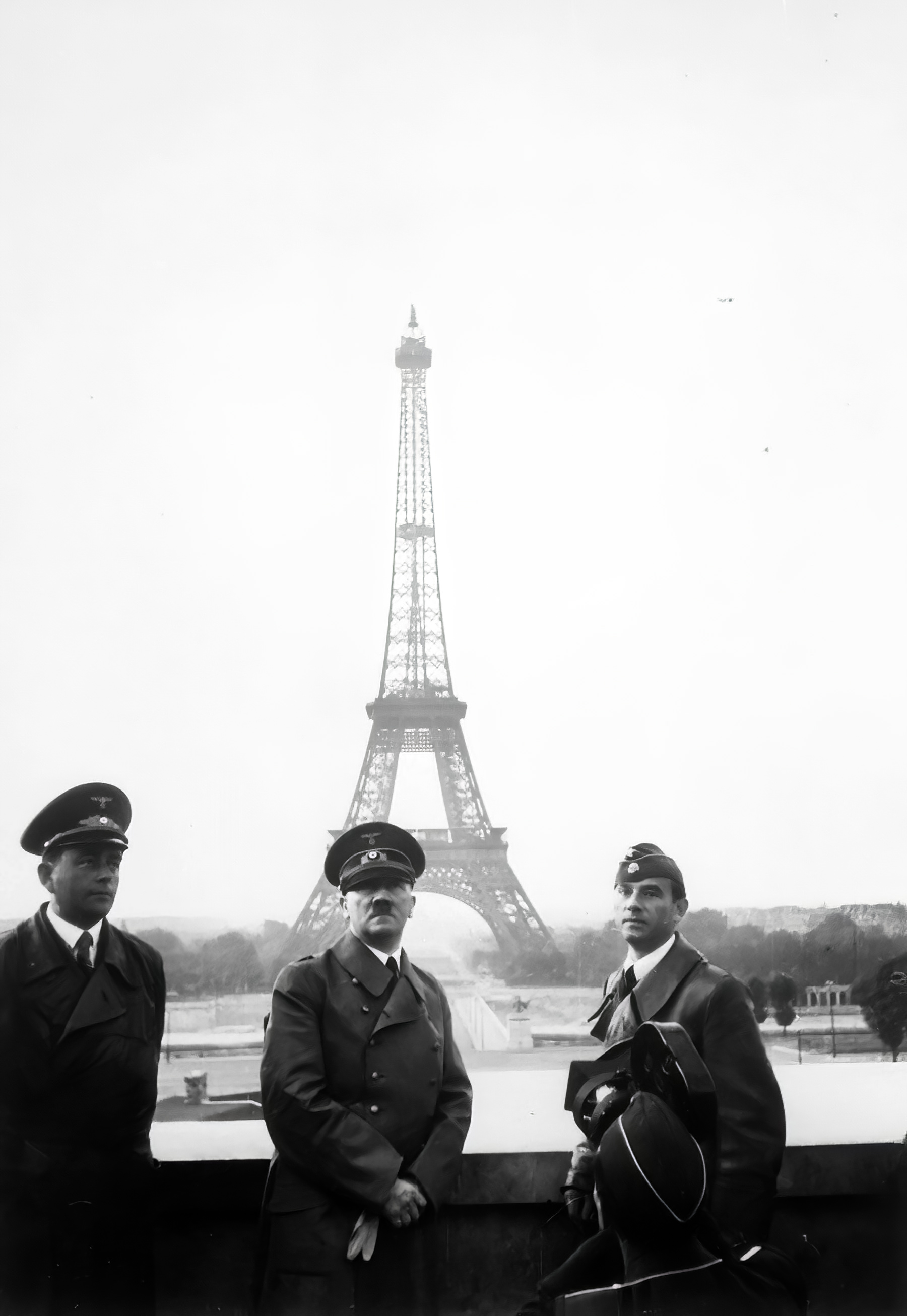 Hitler tours Paris with architect Albert Speer (L) and sculptor Arno Breker (R) 23rd June 1940 wiki 01