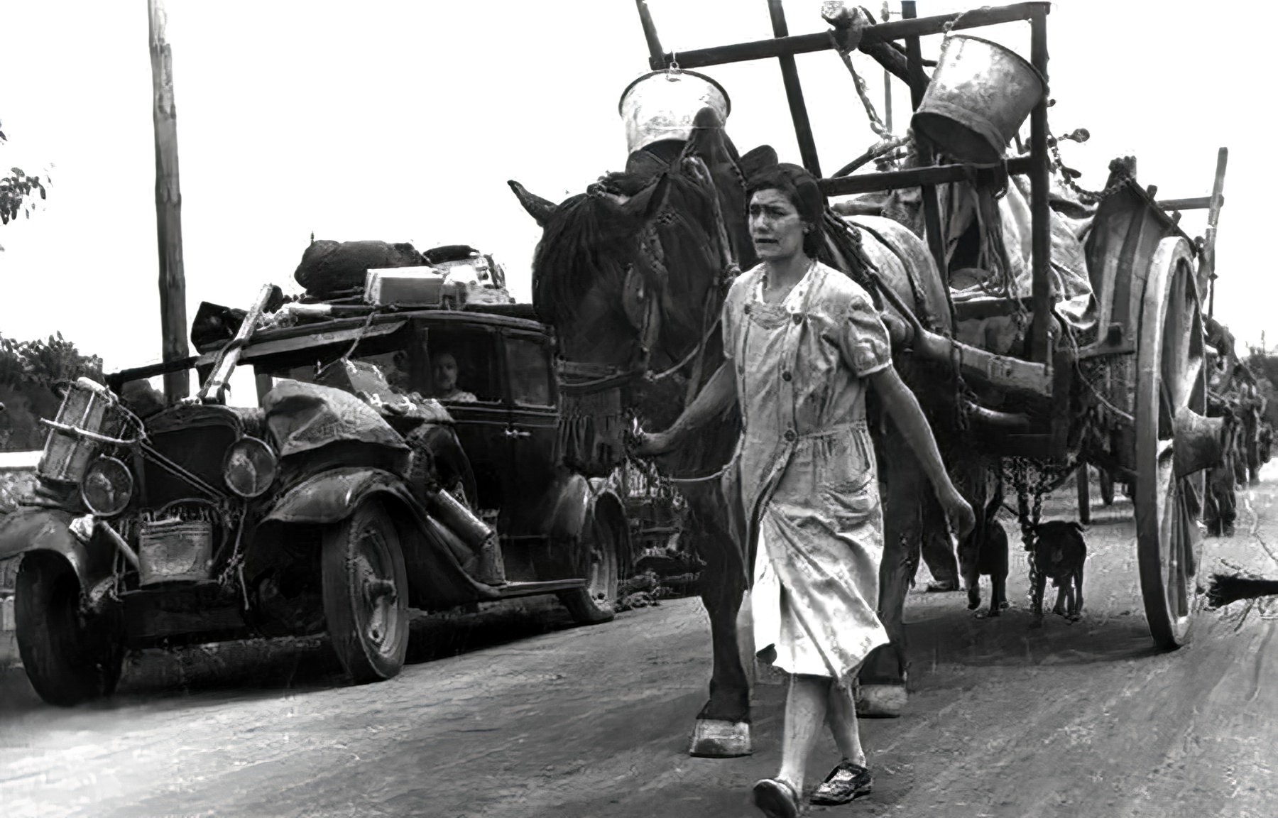War refugees on a French road fleeing from the advancing Germans 1940 wiki 01