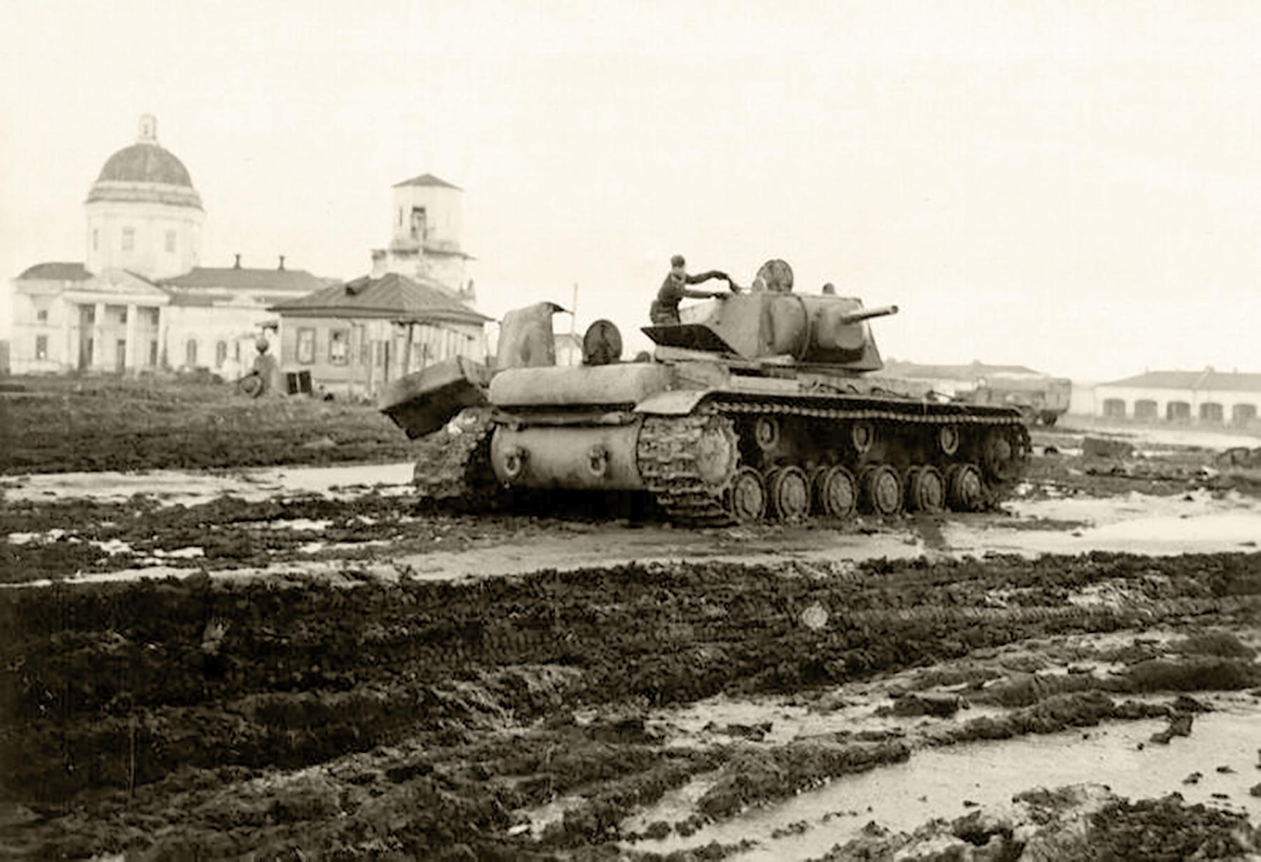 Soviet-KV-1-heavy-tank-lies-abandoned-af