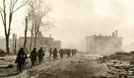 Asisbiz Army Group North cyclist column of German soldiers entering Novgorod Aug 1941 01