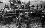 Asisbiz German Panzer PzKpfw IV tank and Panzergrenadiers gather for the assult on Vyazma Oct 1941 01