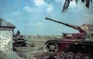 Asisbiz German Panzer PzKpfw IVs 424 and 431 wait further instructions Operation Barbarossa 1941 01
