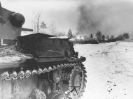 Asisbiz German tanks advancing into Moscow Bolsheviks bitterly defend this village 5th Dec 1941 NIOD