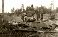 Asisbiz Soviet T 34 tank abandoned after becoming bogged is inspected by German forces 01