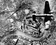 40 Heinkel He 111 bomber flies over Thames River London autum 1940 01