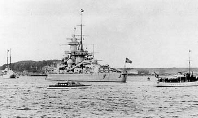 Kriegsmarine battleship KMS Gneisenau Fleet Parade 02