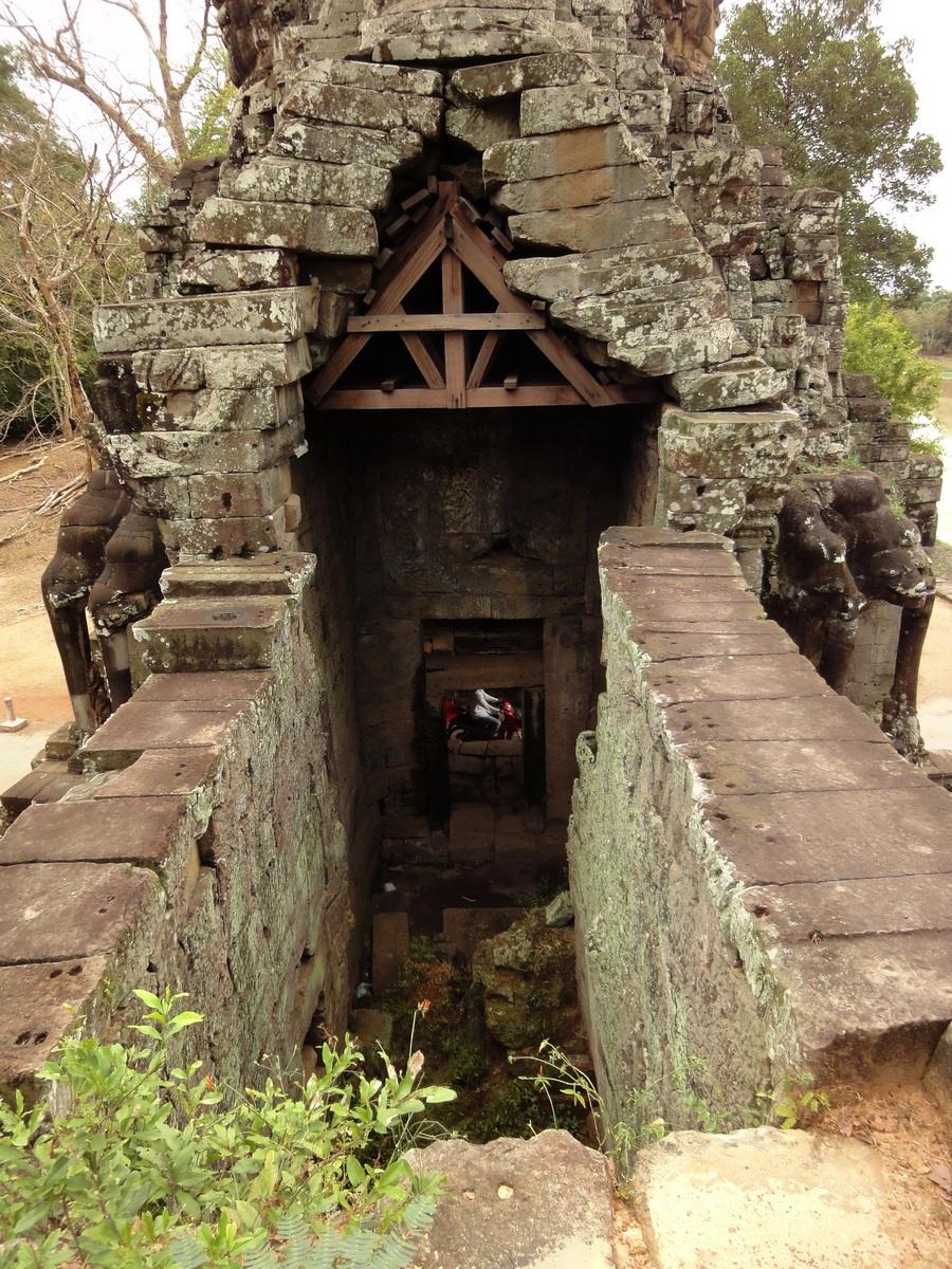 Victory Gate side view Avalokiteshvara Siem Reap Jan 2010 02
