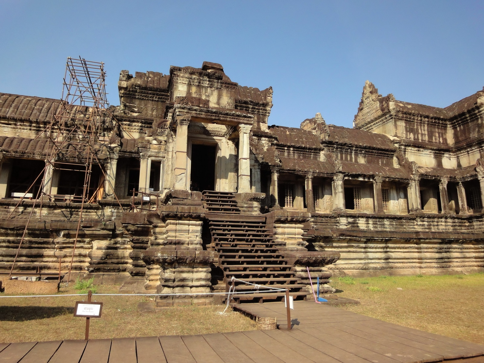 Angkor Wat Khmer architecture eastern gallery entrance 01