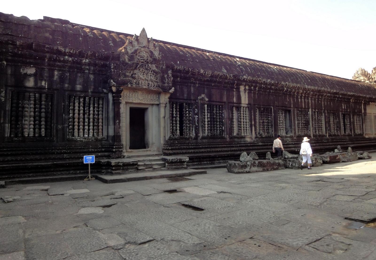 Angkor Wat Khmer architecture inner sanctuary courtyard 01