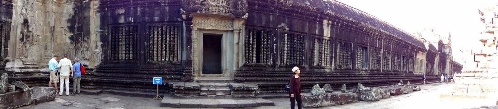 Angkor Wat Khmer architecture inner sanctuary courtyard 02