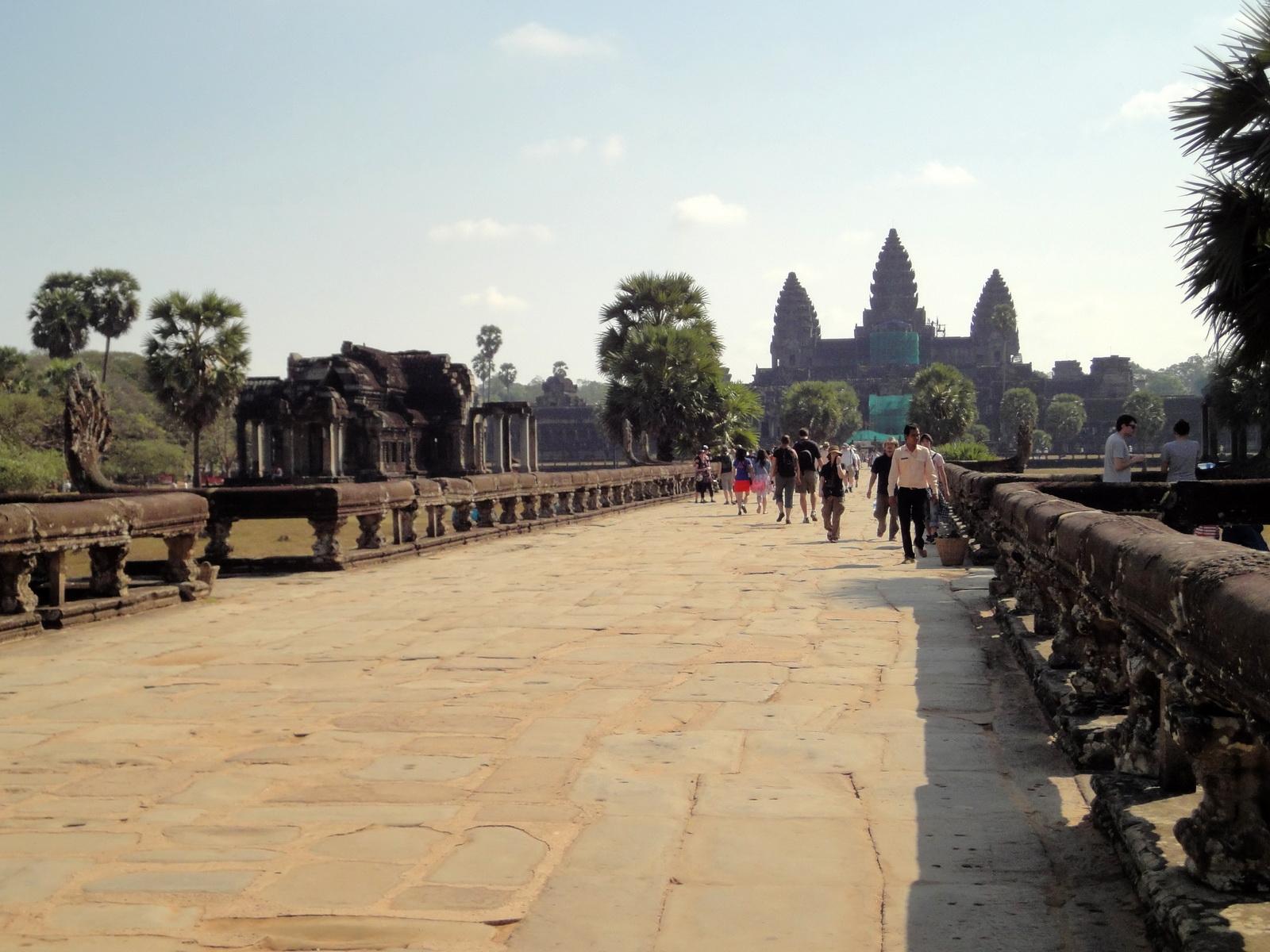 Angkor Wat Western Gopura inside looking east 01