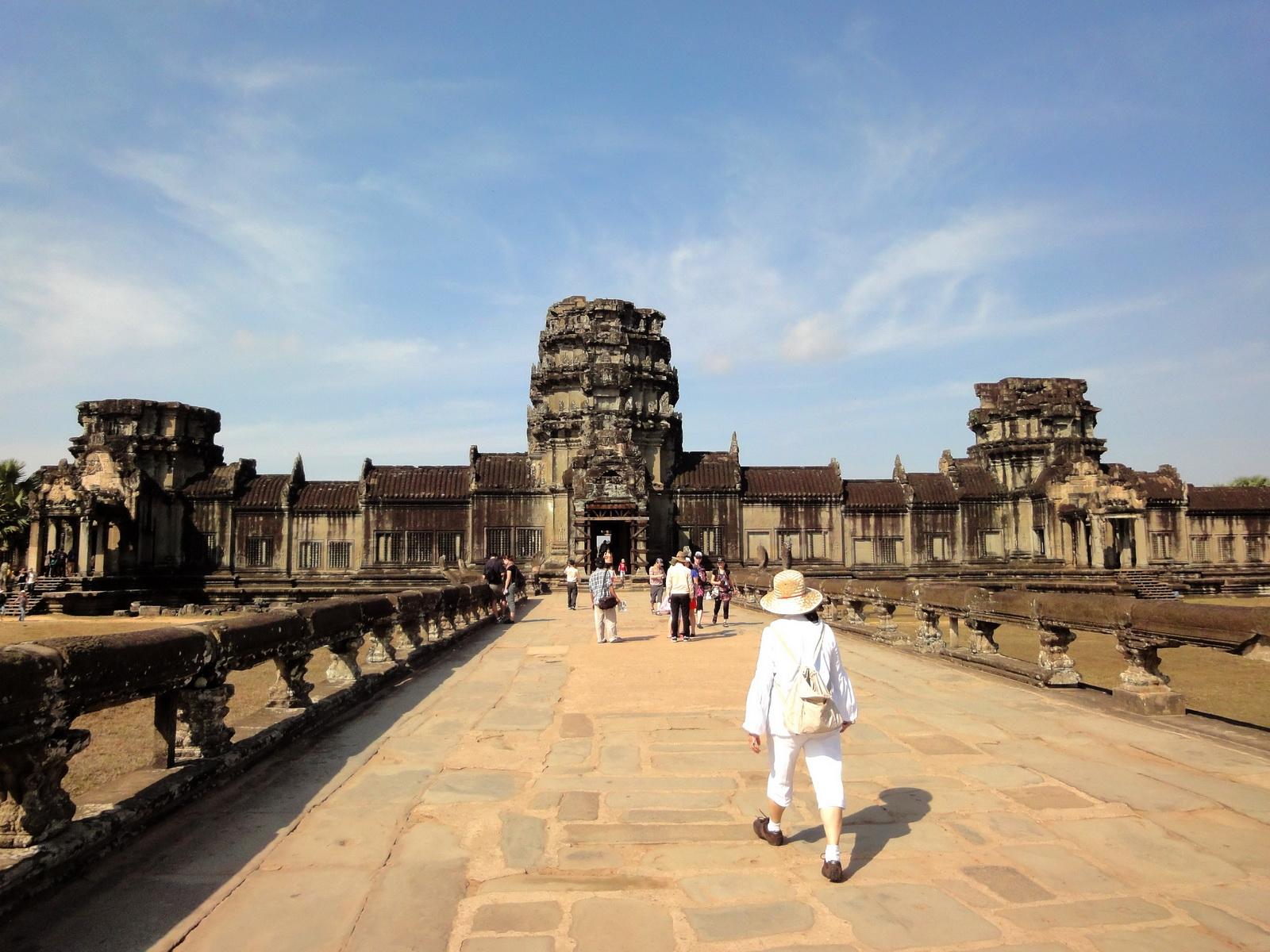 Angkor Wat Western Gopura inside looking west 02