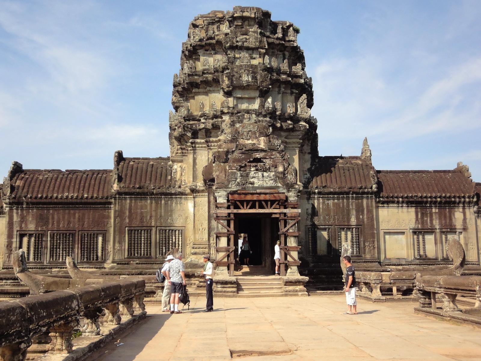 Angkor Wat Western Gopura inside looking west 03
