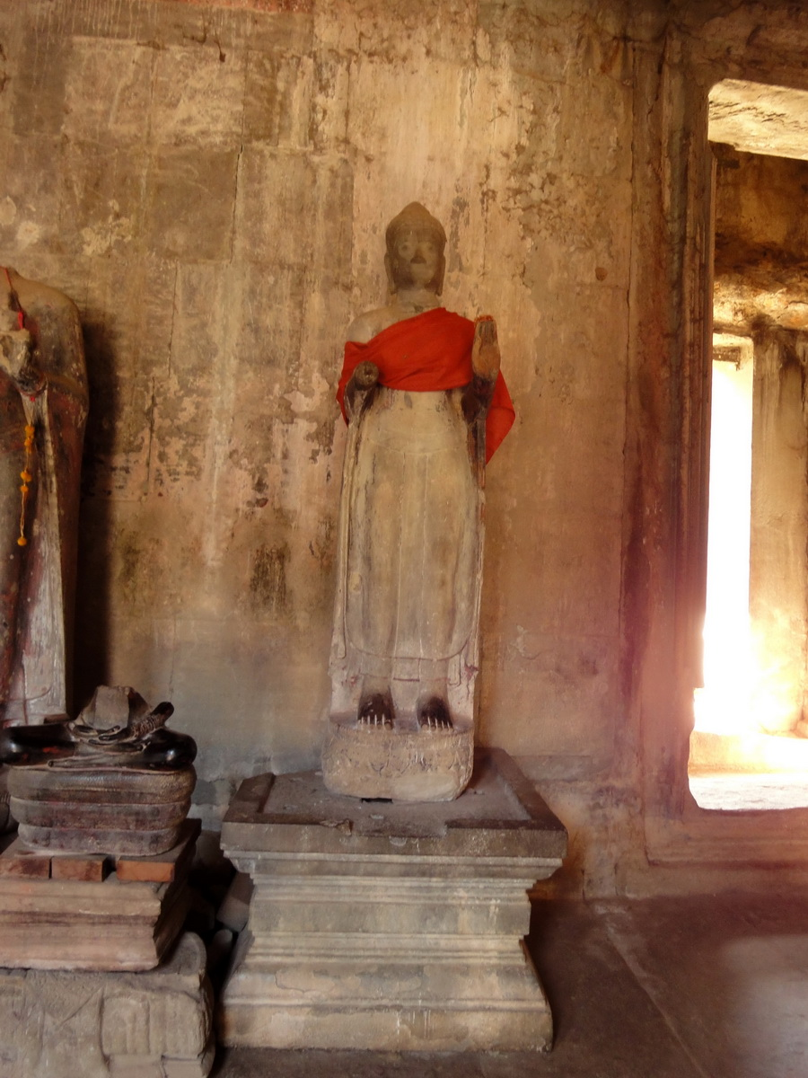 Angkor Wat inner sanctuary gallery Buddha relics 08