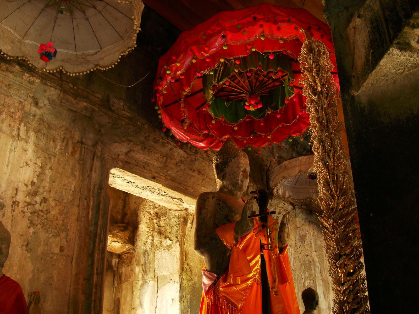 Angkor Wat inner sanctuary gallery Buddhas 02