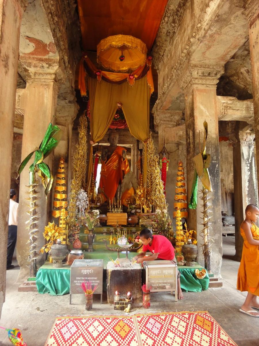 Angkor Wat inner sanctuary gallery Buddhas 05