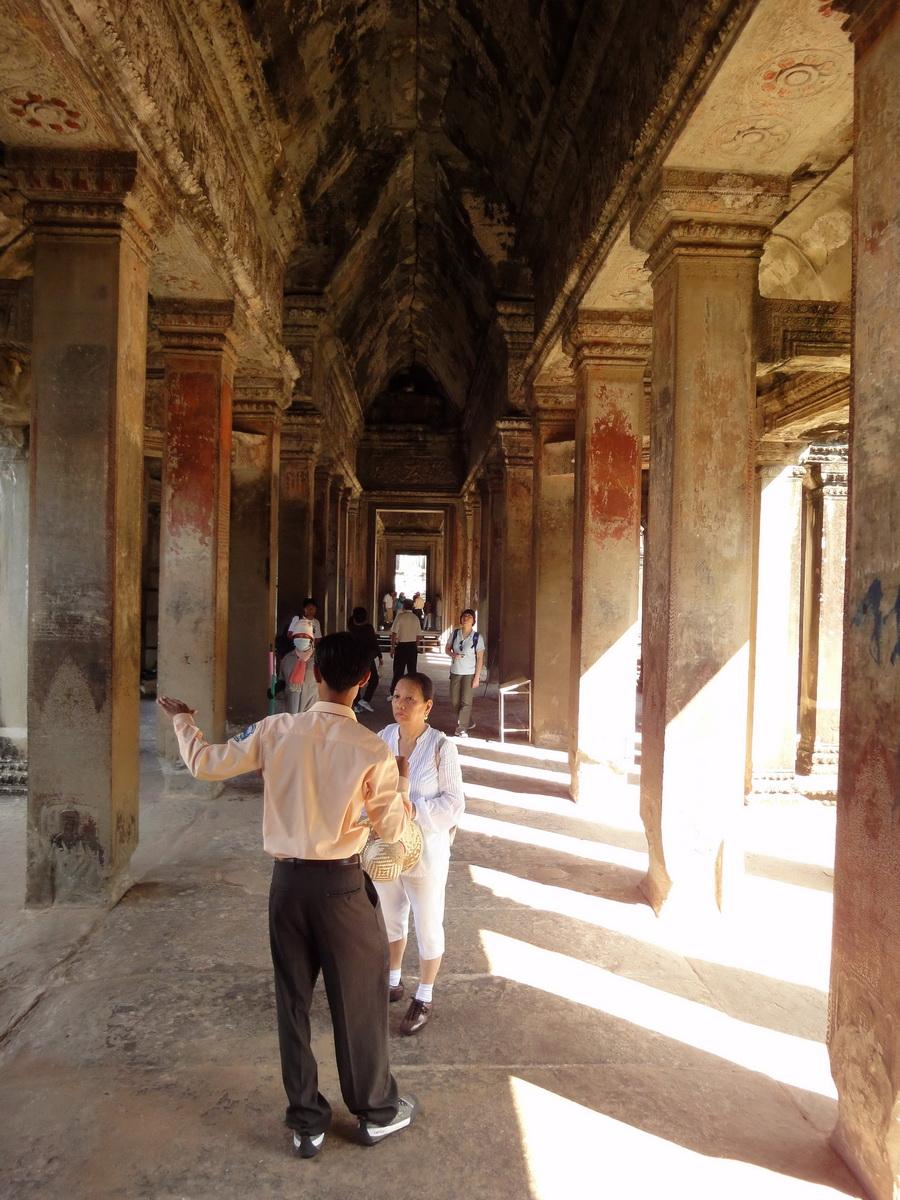 Angkor Wat inner sanctuary gallery columns and passageways 01