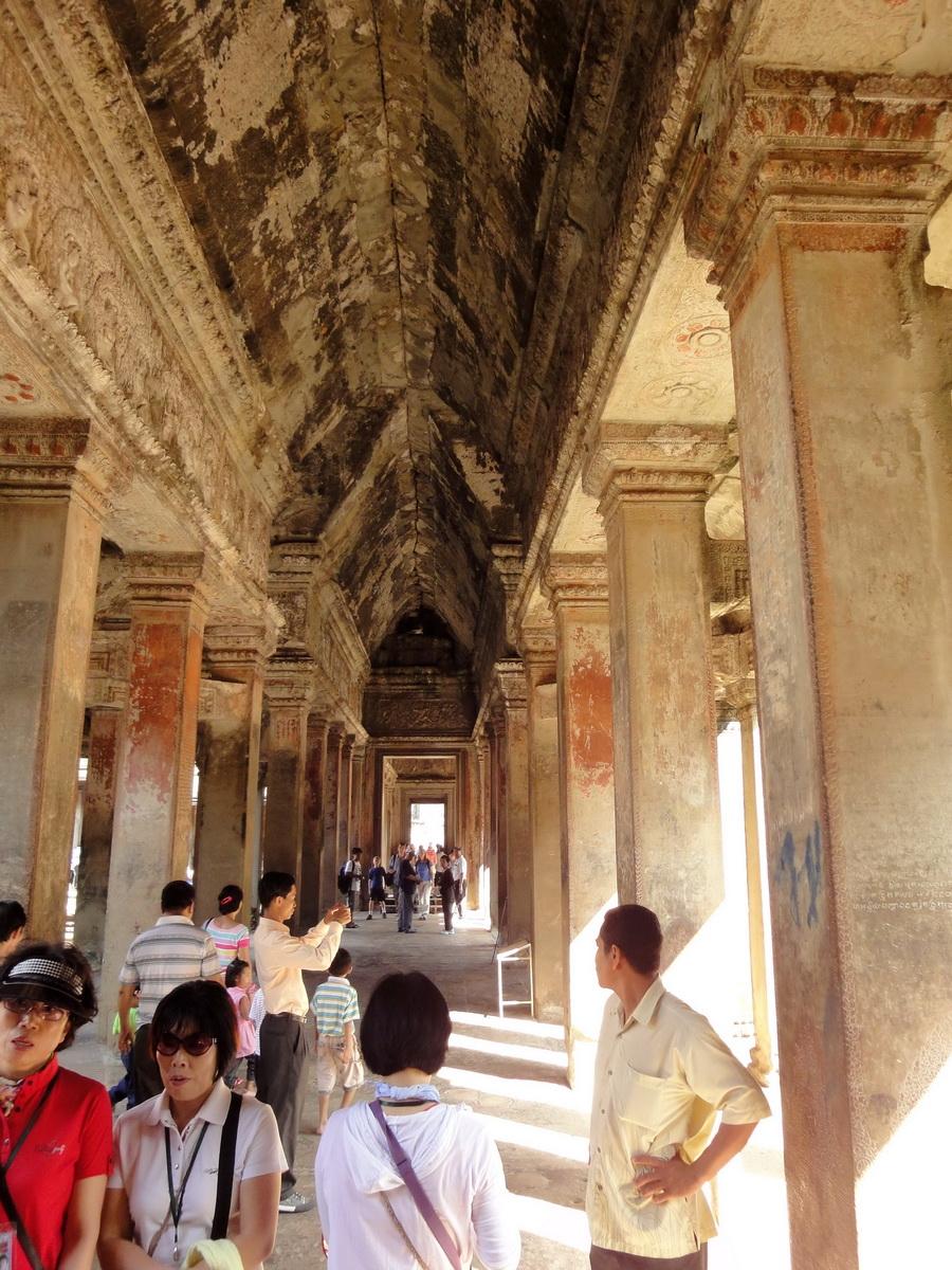 Angkor Wat inner sanctuary gallery columns and passageways 02