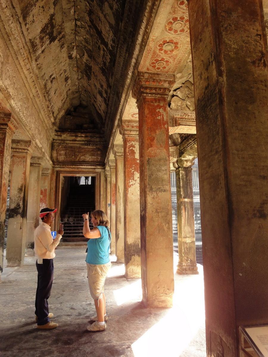 Angkor Wat inner sanctuary gallery columns and passageways 04