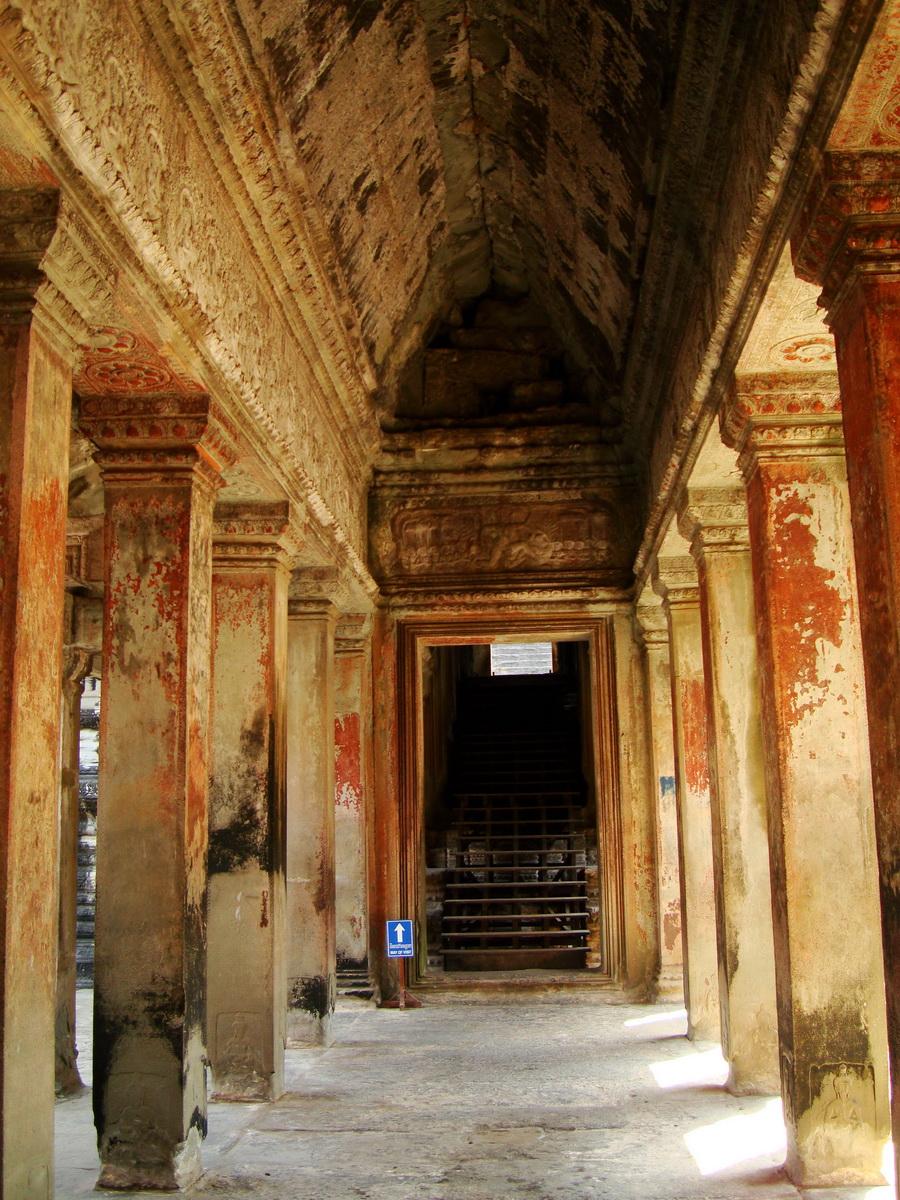 Angkor Wat inner sanctuary gallery columns and passageways 05