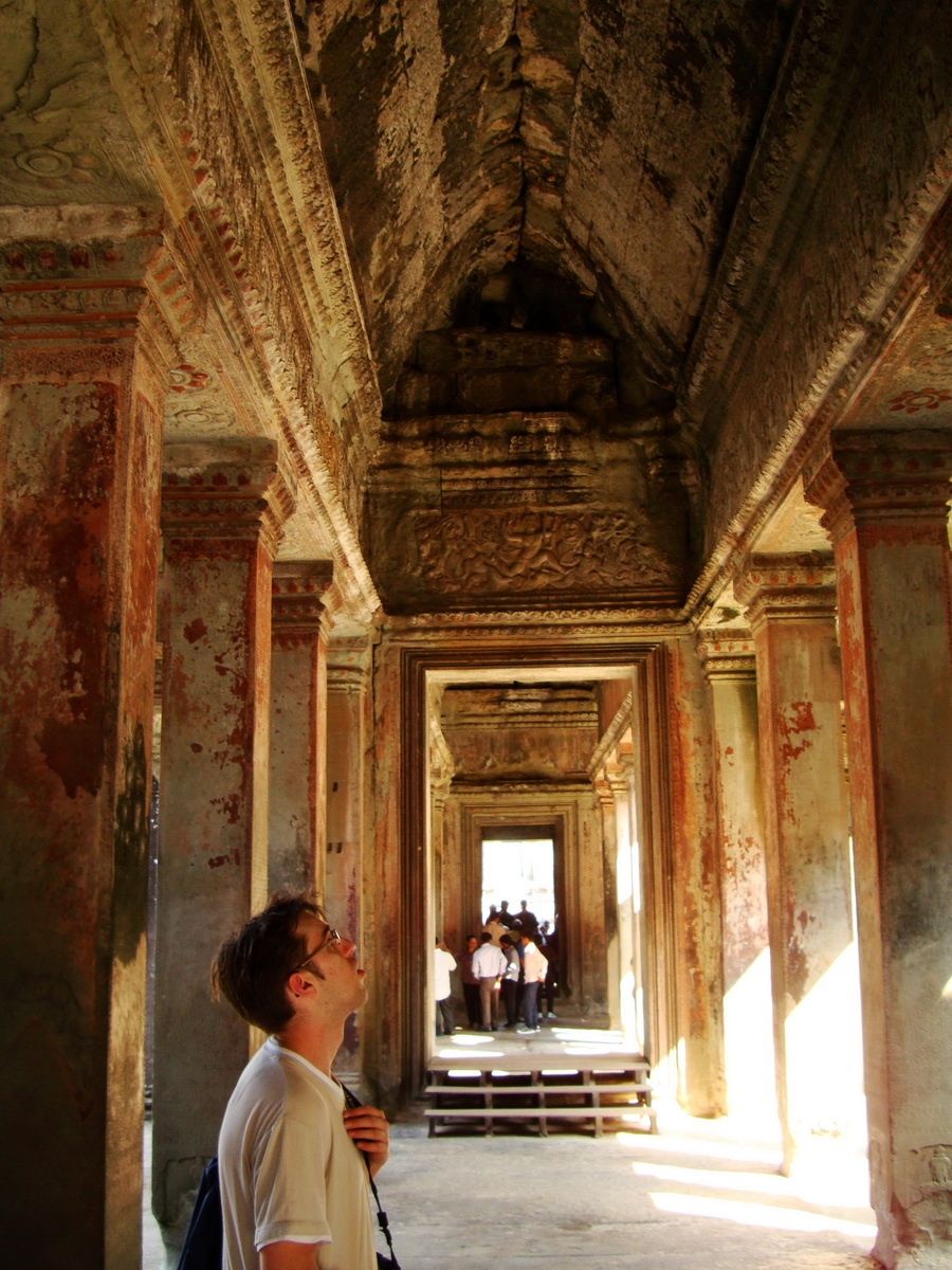 Angkor Wat inner sanctuary gallery columns and passageways 06