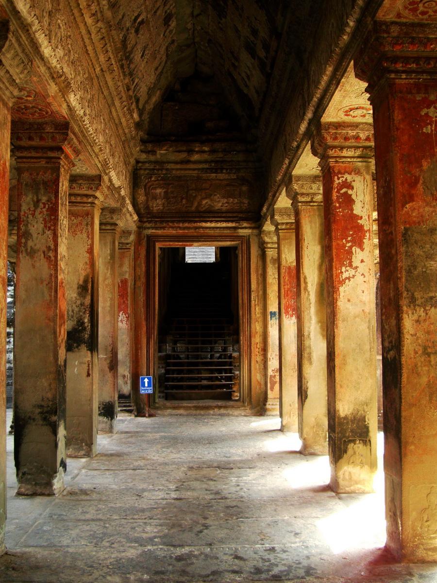 Angkor Wat inner sanctuary gallery columns and passageways 08
