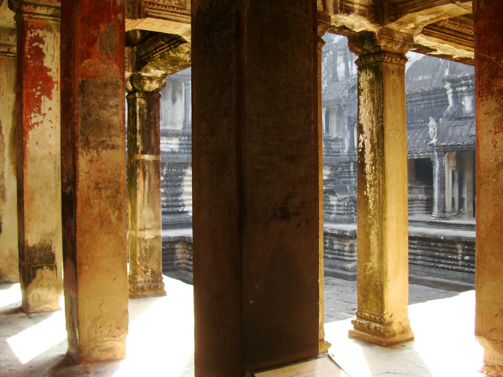 Angkor Wat inner sanctuary gallery columns and passageways 09