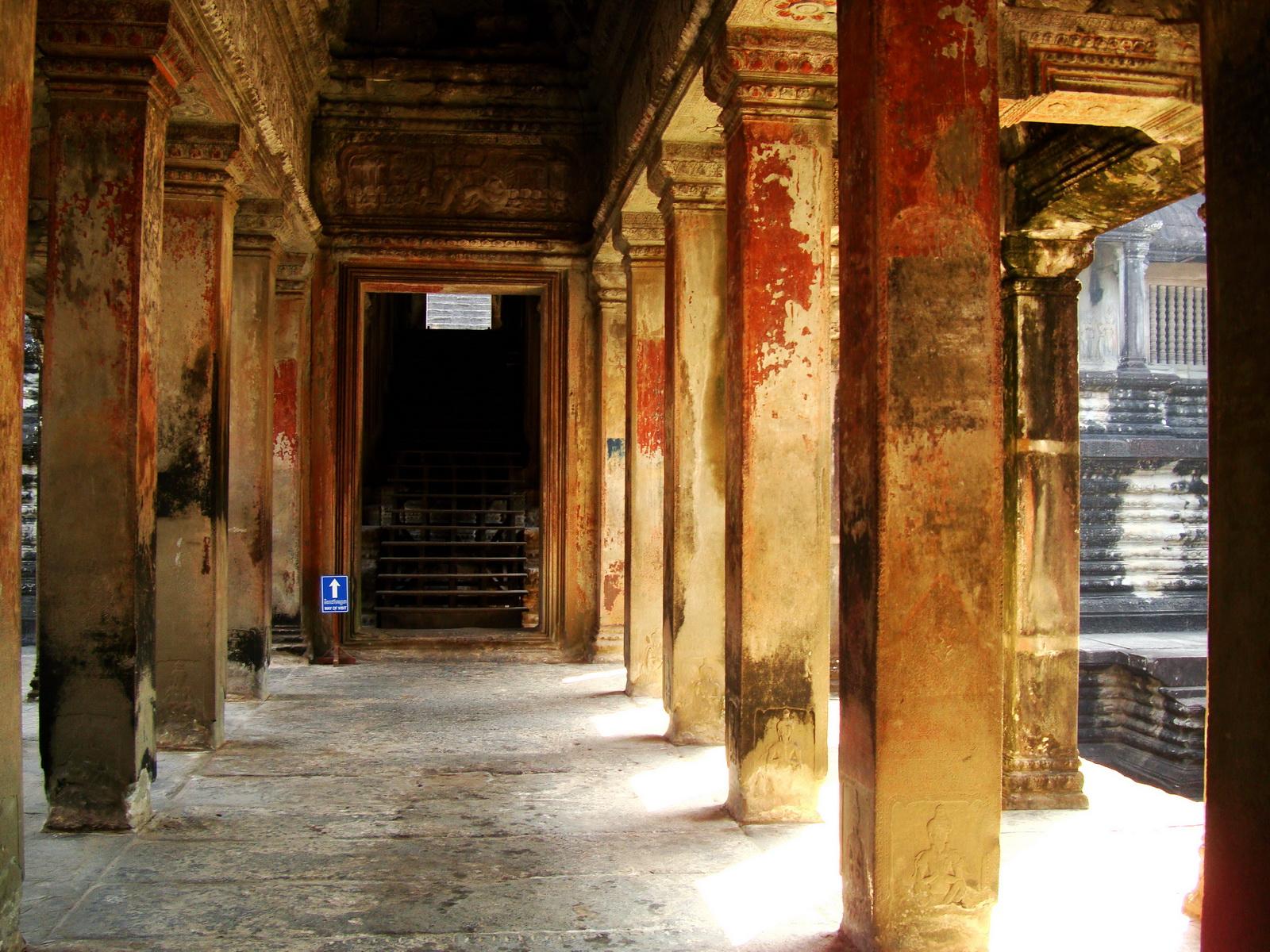 Angkor Wat inner sanctuary gallery columns and passageways 10