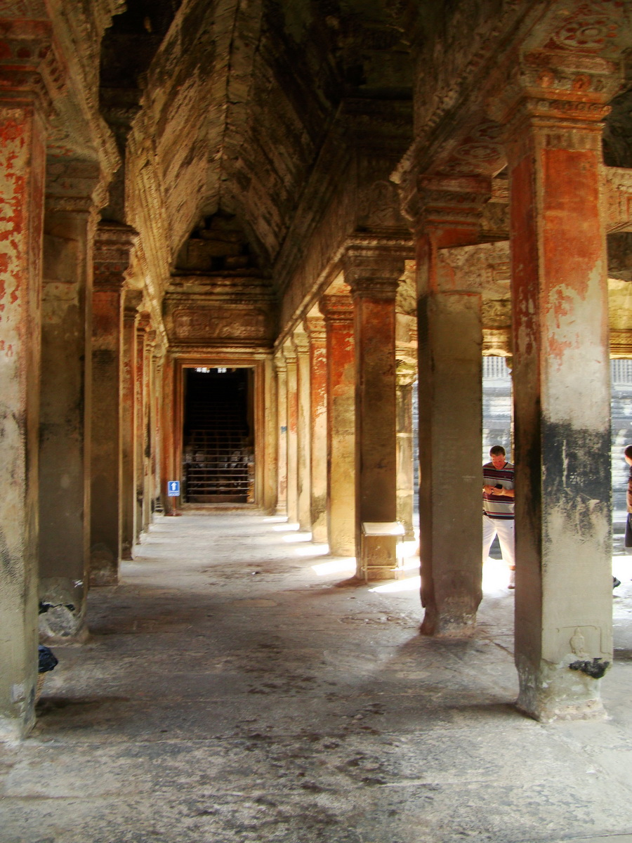 Angkor Wat inner sanctuary gallery columns and passageways 11