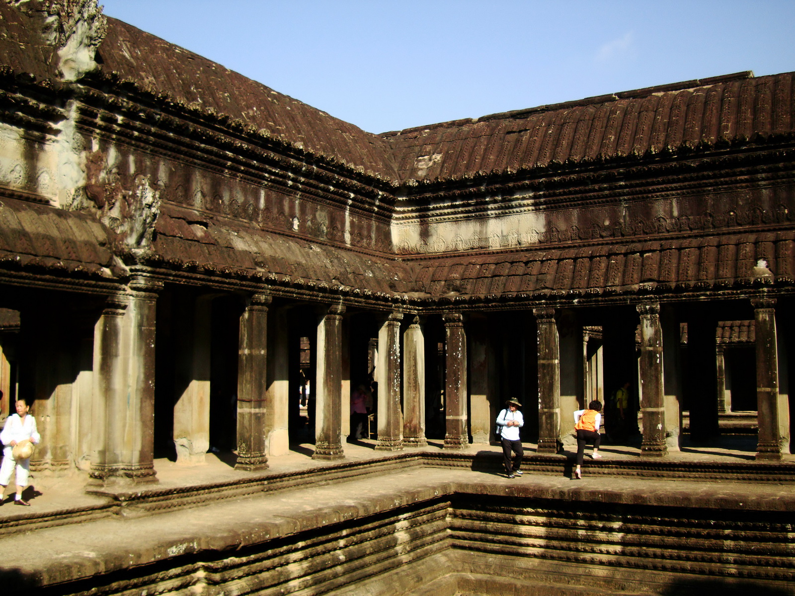 Angkor Wat inner sanctuary gallery columns and passageways 15