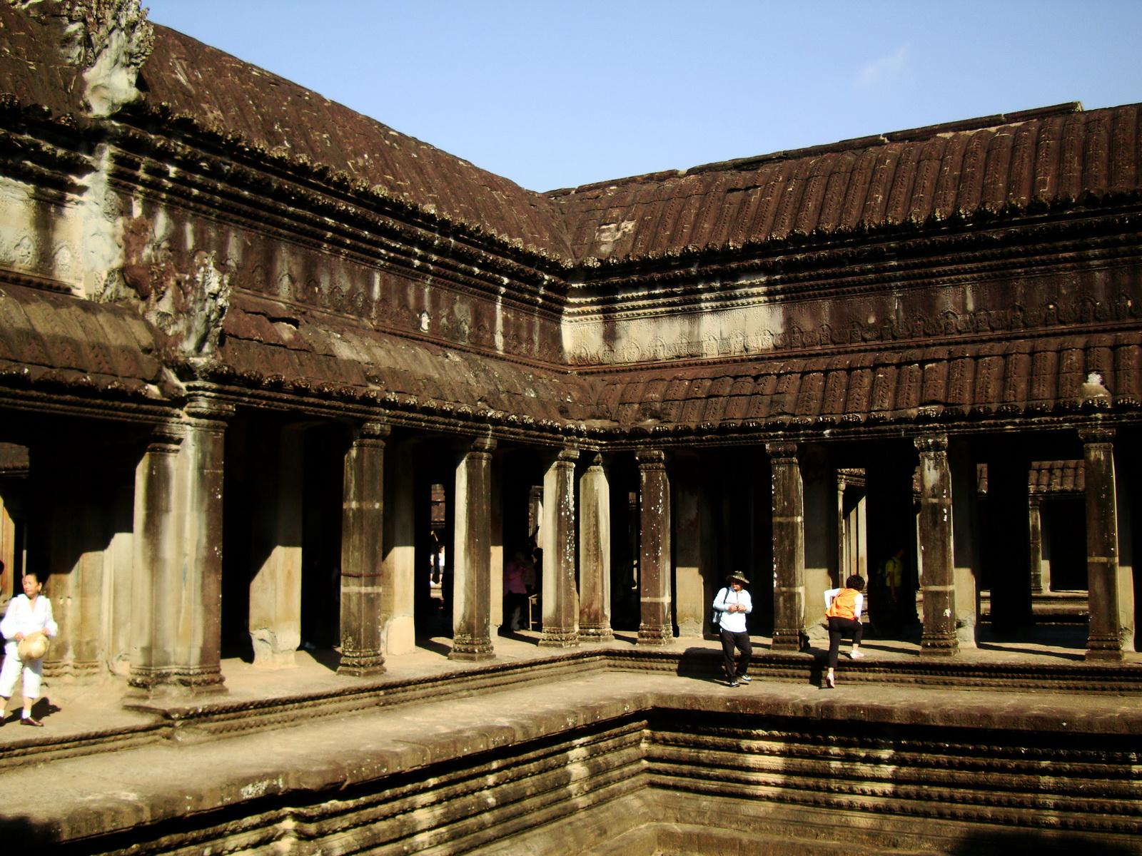 Angkor Wat inner sanctuary gallery columns and passageways 15