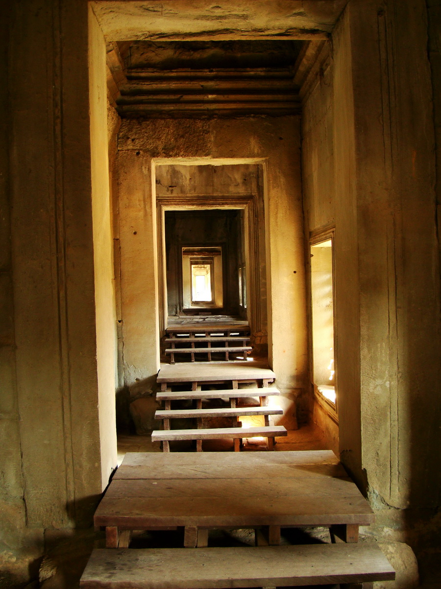 Angkor Wat inner sanctuary gallery columns and passageways 16