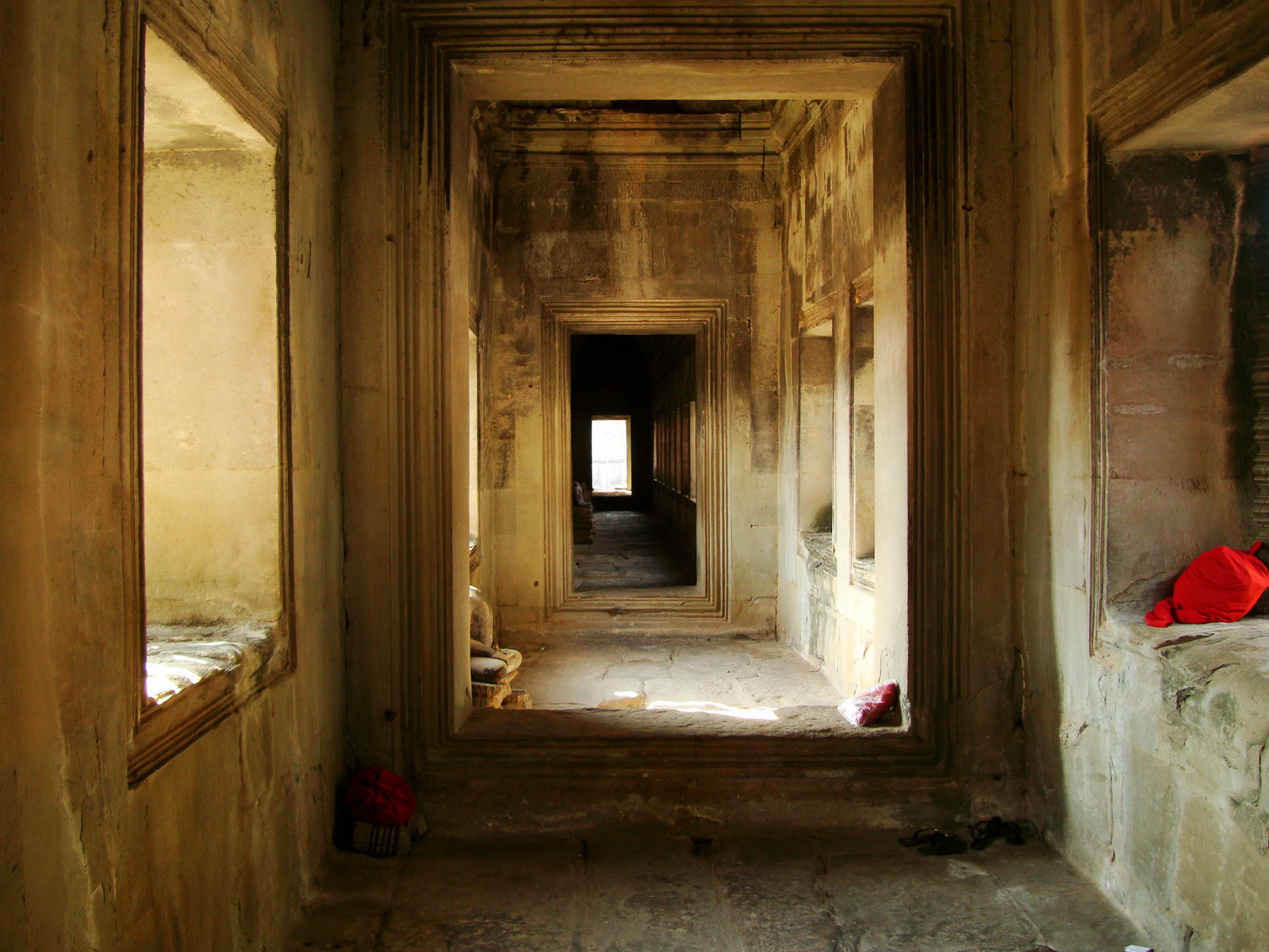 Angkor Wat inner sanctuary gallery columns and passageways 17