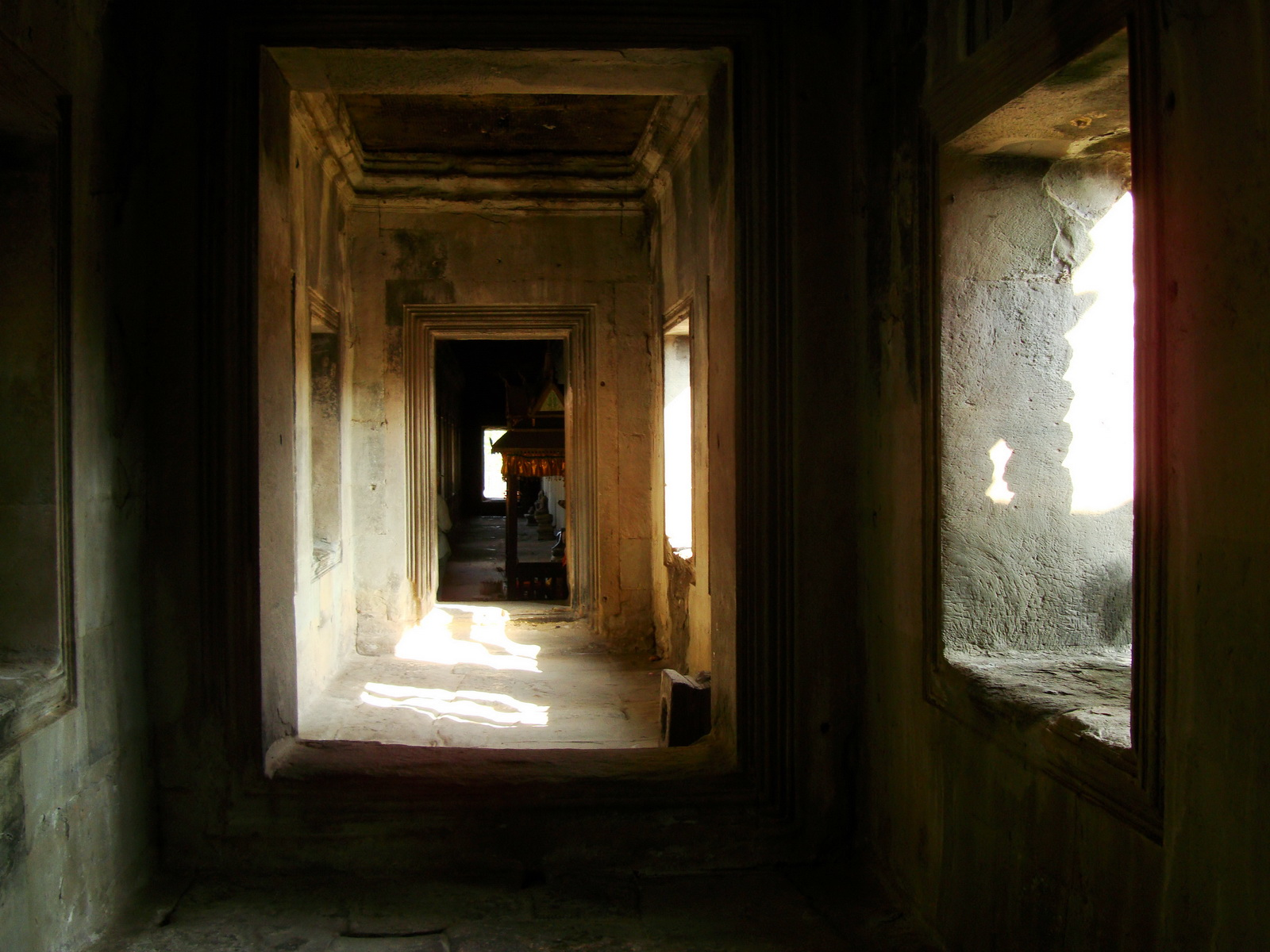 Angkor Wat inner sanctuary gallery columns and passageways 18