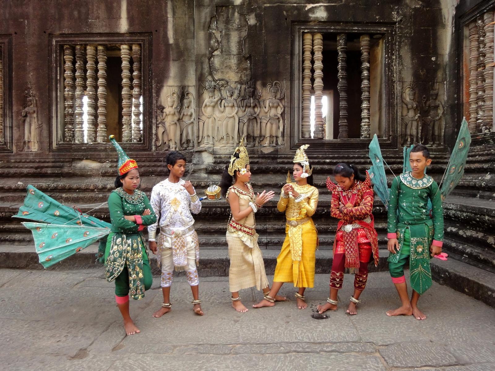 Angkor Wat modern day dancing apsaras 02