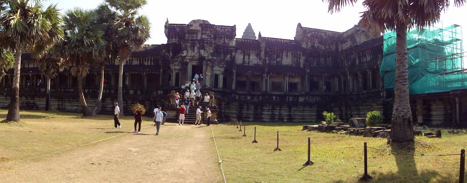 Angkor Wat west gallery entrance 01