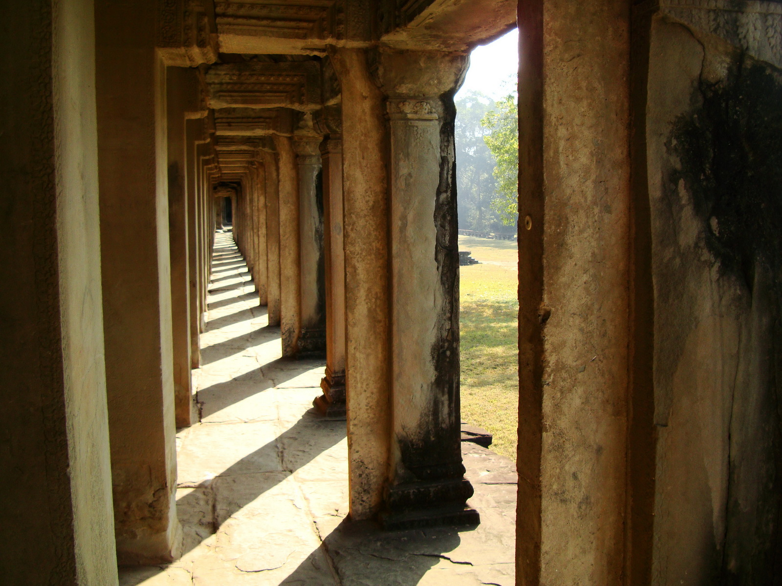 Khmer architecture east gallery south wing passageways 09