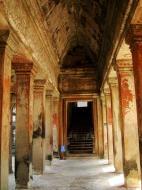 Asisbiz Angkor Wat inner sanctuary gallery columns and passageways 05