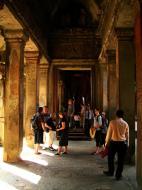 Asisbiz Angkor Wat inner sanctuary gallery columns and passageways 07