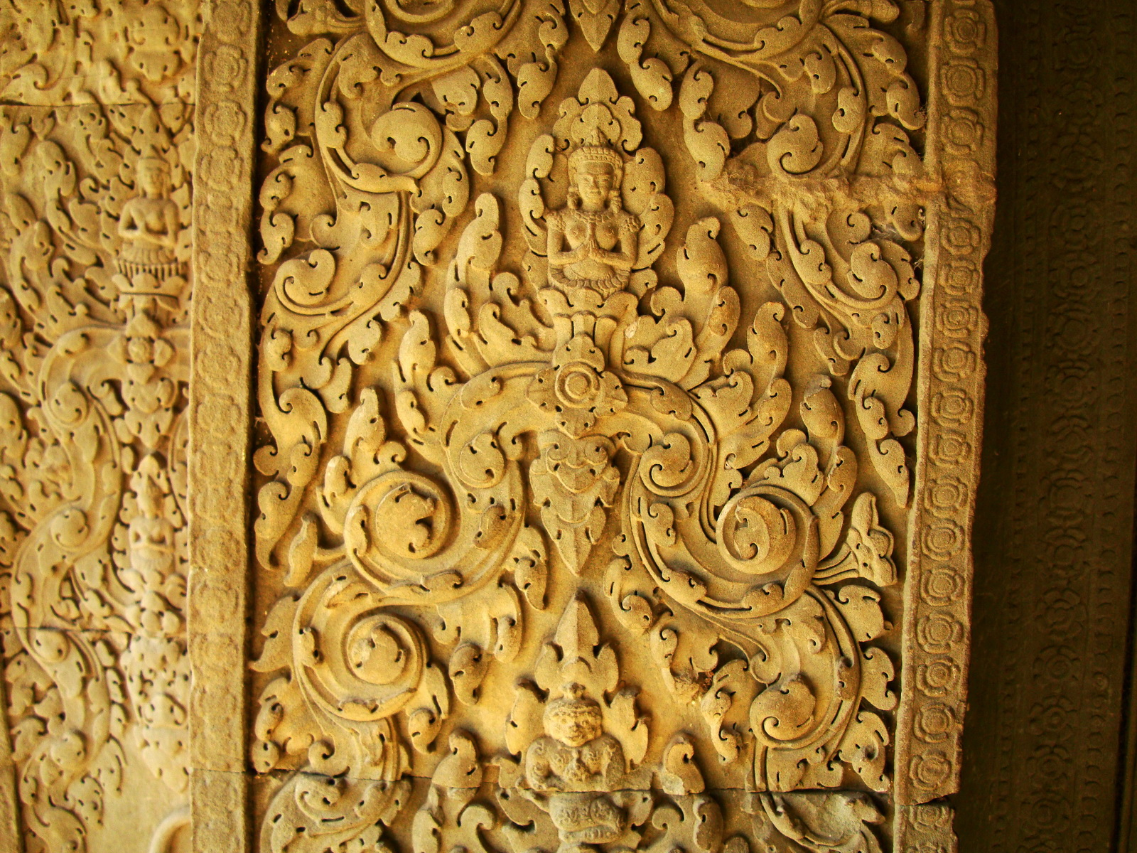 Decorative 12th ce Khmer Style bas relief carvings Angkor Wat 07
