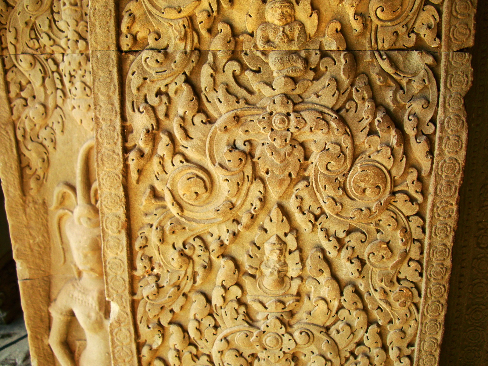 Decorative 12th ce Khmer Style bas relief carvings Angkor Wat 08