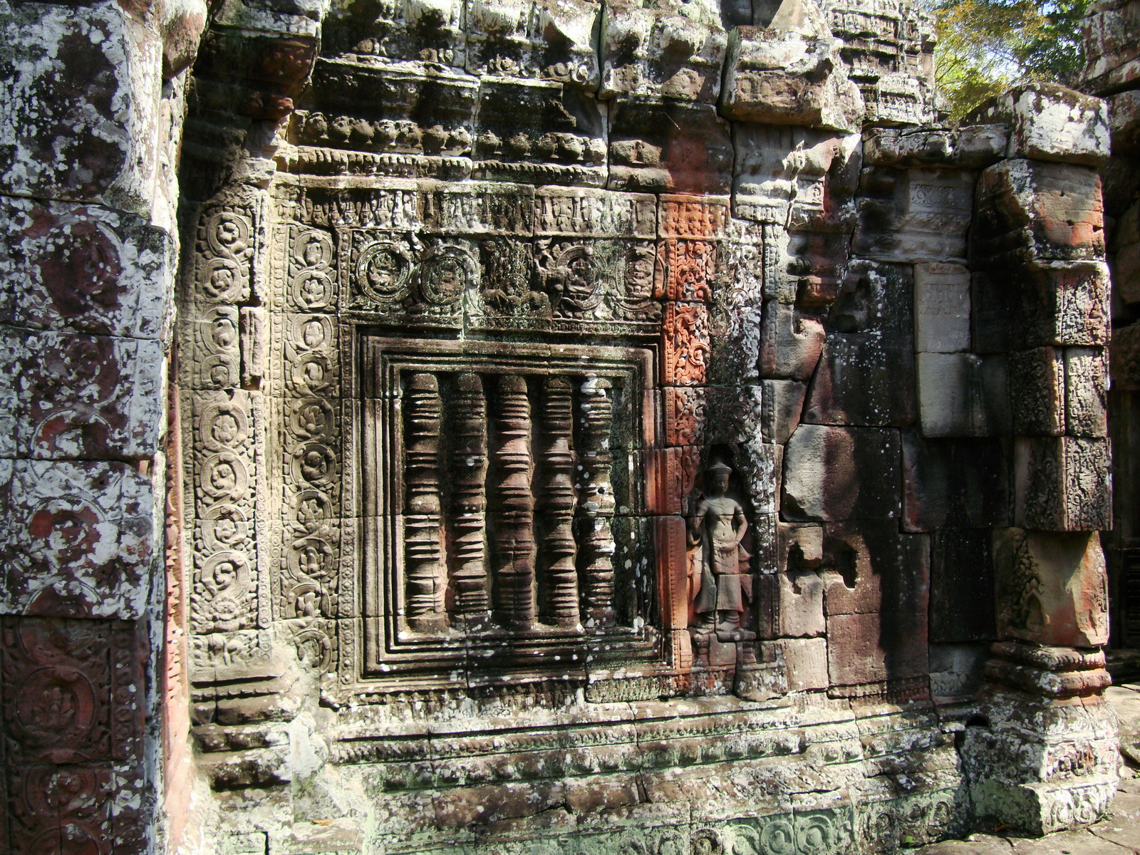 D Banteay Kdei Temple central sanctuary Bas reliefs 01