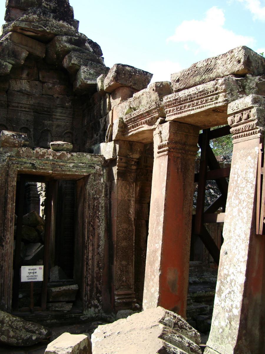 D Banteay Kdei Temple central sanctuary enclosure 04