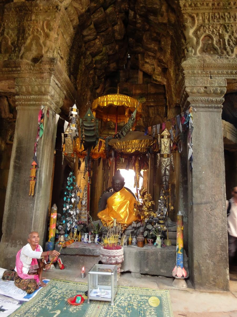 D Banteay Kdei Temple main enclosure Buddha Jan 2010 02