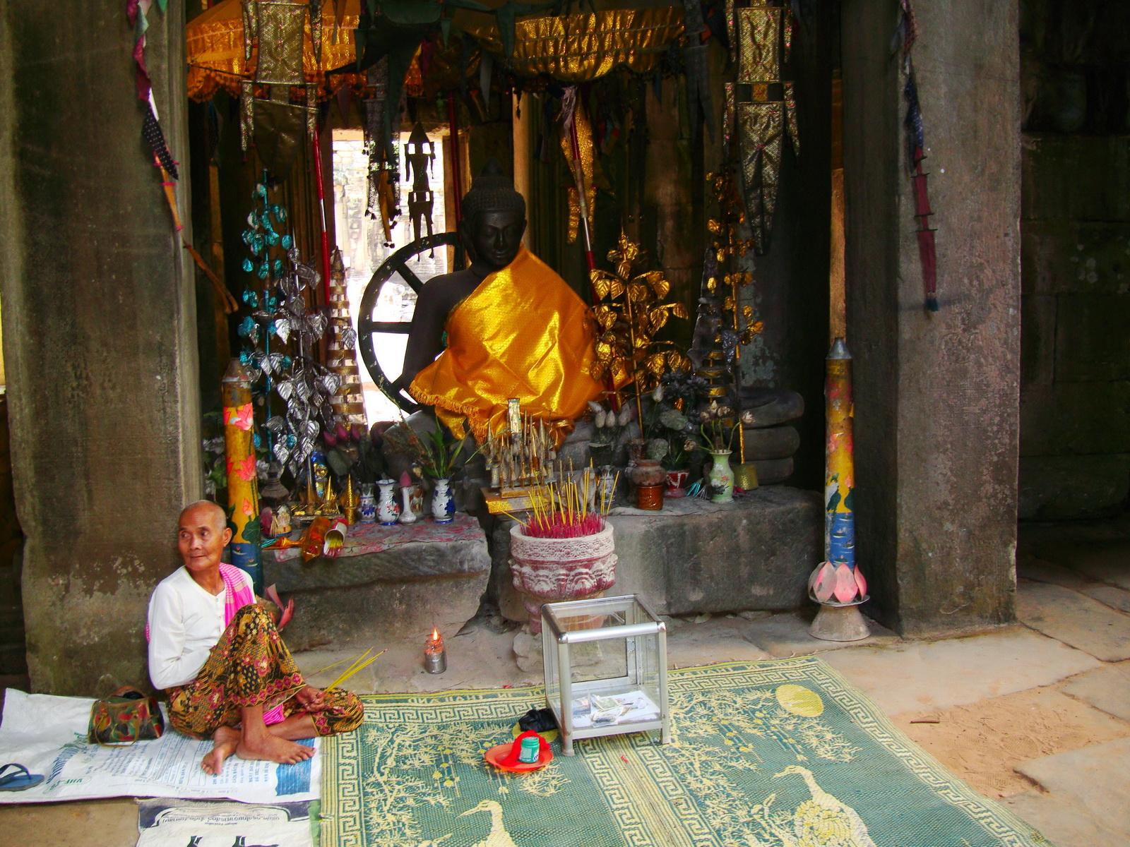 D Banteay Kdei Temple main enclosure Buddha Jan 2010 06