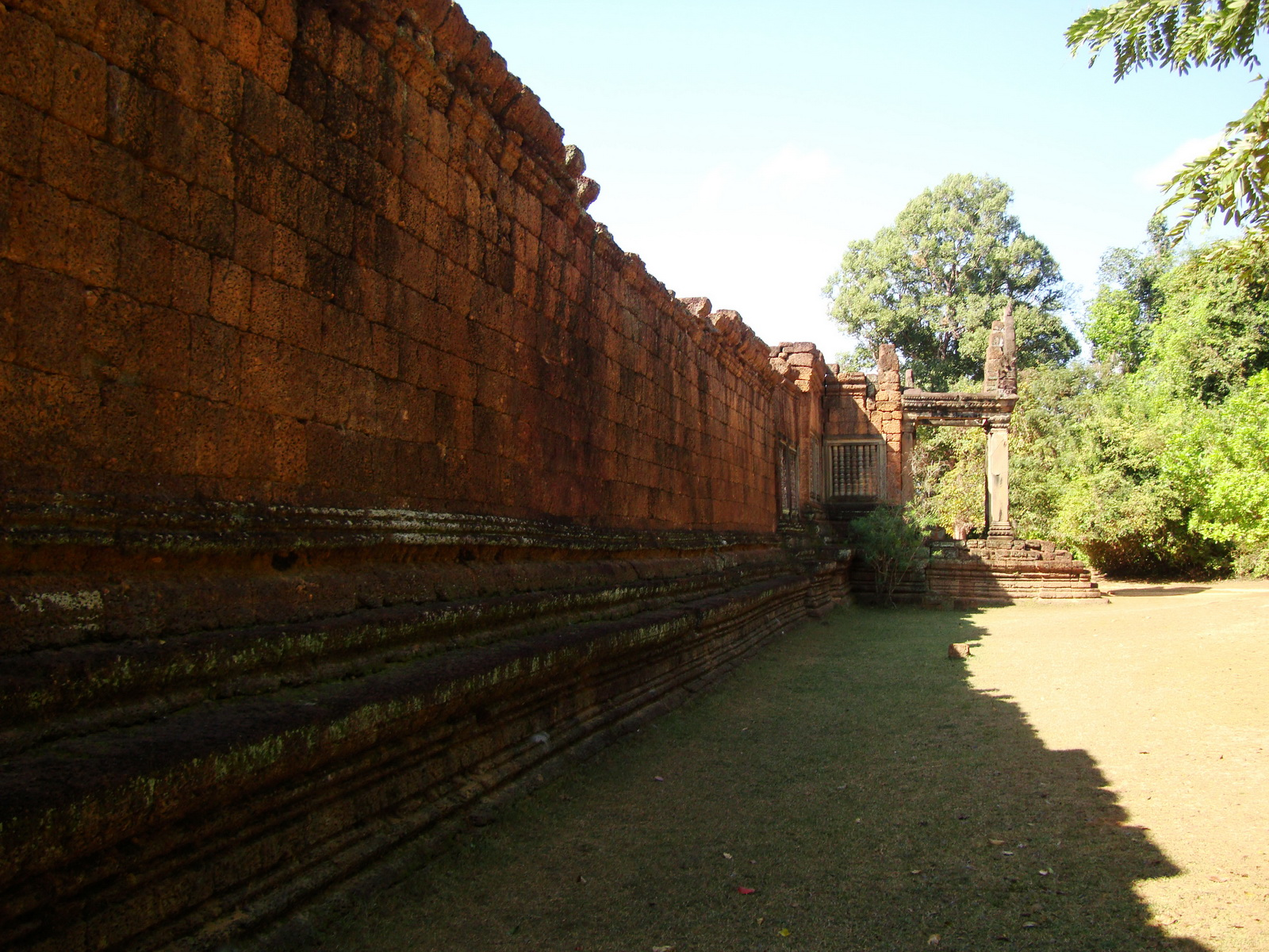 Banteay Samre Temple 12th century architecture laterite walls 01